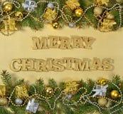 Vrolijke Kerstmis gouden tekst en nette tak en Kerstmisdeco stock afbeelding