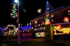 Vrolijke Kerstmis - Huis dat met de Lichten van Kerstmis wordt verfraaid Royalty-vrije Stock Afbeelding