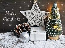 Vrolijke Kerstmis Kerstmisdecoratie met spar, slingerlichten, giftdoos, en schitterende Kerstmisbal op oude houten achtergrond Stock Afbeelding