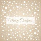 Vrolijke Kerstmis lichtbruine achtergrond met witte sneeuwvlokken, ve Royalty-vrije Stock Foto's