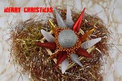 Vrolijke Kerstmis Ornamenten in rieten doos en klatergoud Inschrijvings Vrolijke Kerstmis Royalty-vrije Stock Foto's