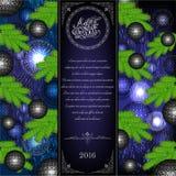 vrolijke Kerstmis trifold met Kerstmisballen en sparrenelementen op blauw Stock Fotografie