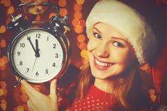 Vrolijke Kerstmis! vrouw in Kerstmishoed met wekker Stock Foto's