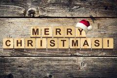 Vrolijke Kerstmis Woorden uit alfabet op houten kubussen worden samengesteld die Houten achtergrond De achtergrond van Kerstmis royalty-vrije stock foto