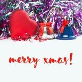 Vrolijke Kerstmiskaart met rood hart, kenwijsjeklokken en linten Witte achtergrond Stock Foto's