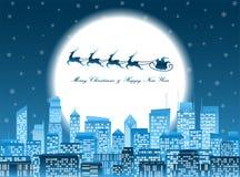 Vrolijke Kerstmissanta in een slee die over een nachtstad vliegen Royalty-vrije Stock Afbeelding