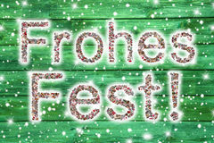Vrolijke Kerstmistekst in duitstalig op houten groene backgrou Stock Fotografie