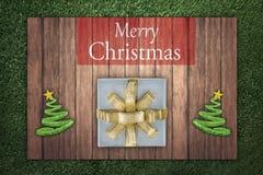 Vrolijke Kerstmistekst op de houten raad op het gras Royalty-vrije Stock Foto's