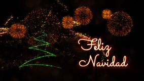 Vrolijke Kerstmistekst in Spaans 'Feliz Navidad' over pijnboomboom en vuurwerk royalty-vrije stock fotografie