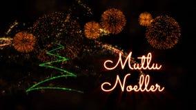 Vrolijke Kerstmistekst in Turks 'Mutlu Noeller' over pijnboomboom en vuurwerk royalty-vrije stock fotografie