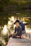 Vrolijke kinderen die met stokken in handen zitten Stock Fotografie