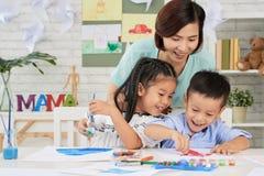 Vrolijke kinderen en leraarstekening stock fotografie