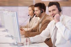 Vrolijke klant die servicer in call centre werkt Stock Fotografie