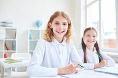 Vrolijke klasgenoten stock fotografie