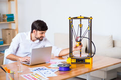 Vrolijke knappe mens die 3d printer met behulp van Royalty-vrije Stock Foto's