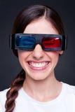 Vrolijke lachende jonge vrouw in 3d glazen Stock Afbeeldingen