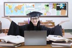 Vrolijke leerling met graduatietoga in klasse Royalty-vrije Stock Afbeelding