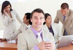 Vrolijke manager die een koffie drinkt royalty-vrije stock afbeeldingen