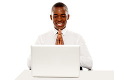 Vrolijke manager die laptop het scherm bekijkt Stock Foto