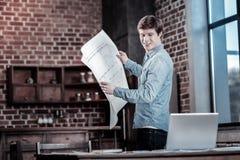 Vrolijke mannelijke ingenieur die gegevens controleren royalty-vrije stock afbeeldingen