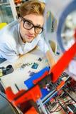 Vrolijke mannelijke ontwerper die 3d printer met behulp van Stock Fotografie