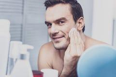Vrolijke mannelijke persoon die ochtendzorg doen royalty-vrije stock foto