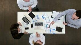Vrolijke medewerkers die en hun handen na het succesvolle werk toejuichen schudden stock footage