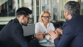 Vrolijke medewerkers die in en koffie socialiseren die genietend van koffiepauze spreken glimlachen stock videobeelden