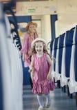 Vrolijke meisjelooppas vanaf haar moeder bij de trein Royalty-vrije Stock Afbeeldingen