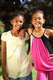 Vrolijke meisjes beste vrienden die zich in het park bevinden Stock Foto