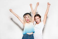 Vrolijke meisjes die op wit stellen Royalty-vrije Stock Foto