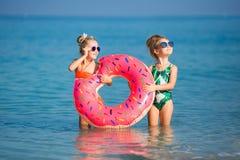 Vrolijke meisjes die rond op vakantie spelen royalty-vrije stock afbeeldingen