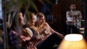 Vrolijke meisjes die van tijd samen in kunstkoffie genieten stock video