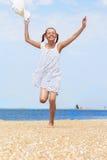 Vrolijke meisjeslooppas langs het strand royalty-vrije stock afbeeldingen