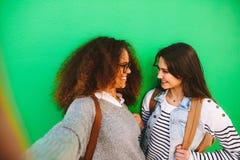 Vrolijke meisjesreizigers die een selfie nemen stock afbeelding