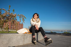 Vrolijke meisjesrust na rol het schaatsen Royalty-vrije Stock Foto
