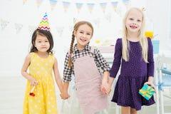 Vrolijke meisjesvrienden bij verjaardagspartij stock foto