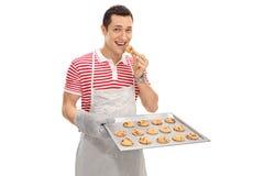 Vrolijke mens die koekjes eten Royalty-vrije Stock Afbeelding