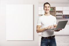 Vrolijke mens in keuken Royalty-vrije Stock Foto's