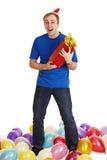 Vrolijke mens met de gift van het Nieuwjaar in handen Royalty-vrije Stock Foto's