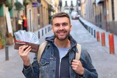 Vrolijke mens met wat contant geld in zijn portefeuille royalty-vrije stock foto's