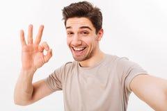 Vrolijke mens in toevallige t-shirt en varkenshaar op gezicht die op ca glimlachen royalty-vrije stock fotografie