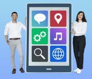 Vrolijke mensen die Internet-pictogrammen op een tablet tonen royalty-vrije stock foto's