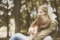 Vrolijke moeder met haar dochter openlucht royalty-vrije stock foto