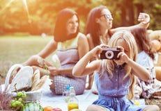 Vrolijke moeders en hun dochters op een picknick royalty-vrije stock fotografie