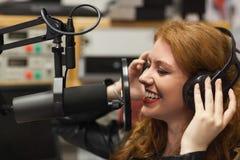 Vrolijke mooie zanger die een lied registreren royalty-vrije stock afbeelding