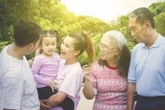 Vrolijke multigeneratiefamilie die in park babbelen royalty-vrije stock fotografie