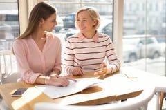 Vrolijke omafamilie die zaken bespreken met haar kleindochter stock afbeeldingen