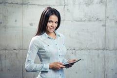 Vrolijke onderneemster met tabletcomputer stock foto's