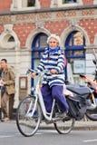 Vrolijke oude dame op een witte fiets, Amsterdam, Nederland Stock Foto